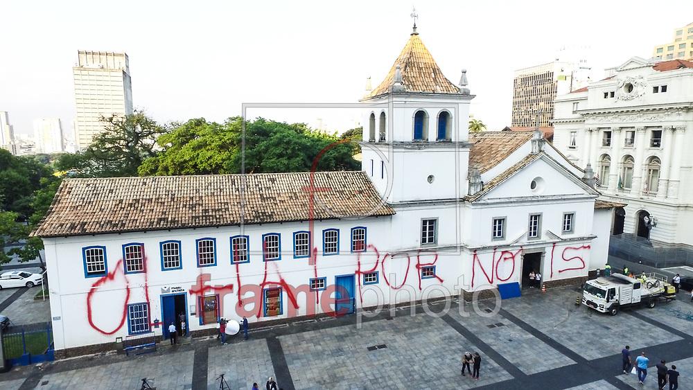 """10.04.2018 - SÃO PAULO, SP -  Homens da Prefeitura fazem a limpeza das pedras na tarde desta terça-feira 10 do Pátio do Colégio, marco zero da cidade de São Paulo, que amanheceu pichado com a frase """"Olhai por nois"""" de tinta vermelha. Localizado no centro, próximo a Sé. ( Foto: MARCELO D. SANTS/FRAMEPHOTO / FRAMEPHOTO )"""
