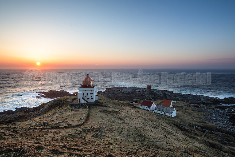 Beatiful sunset over Runde lighthouse, with the keeper house in the background | Nydlig solnedgang over Runde fyr, med fyrvokterhuset i bakgrunnen.