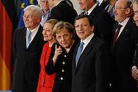 09 JAN 2007, BERLIN/GERMANY:<br /> Frank-Walter Steinmeier, SPD, Bundesaussenminister, Benita Ferrero-Waldner, EU Kommissarin fuer Aussenbeziehungen und europ. Nachbarschaftspolitik, Angela Merkel, CDU, Bundeskanzlerin, Dr. Jose Manuel Barroso, Praesident der EU Kommission, (v.L.n.R.), waehrend einem Gruppenfoto nach der gemeinsamen Kabinettsitzung des Bundeskabinetts und der Kommission der Europaeischen Kommission, Bundeskanzleramt<br /> IMAGE: 20070109-02-010<br /> KEYWORDS: Familienfoto