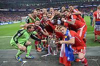 FUSSBALL  CHAMPIONS LEAGUE  SAISON 2012/2013  FINALE  Borussia Dortmund - FC Bayern Muenchen         25.05.2013 Champions League Sieger 2013 FC Bayern Muenchen: Die Mannschaft jubelt mit dem Pokal und halten das Trikot von dem Verletzten Holger Badstuber hoch