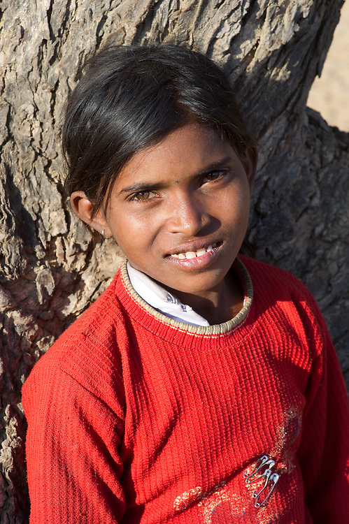 This girl is  is a member of the Bhopa tribe, and lives with her family in the desert state of Rajasthan (India). Her father plays the Ravanhatta, a type of violin. Her mother sings. Together, they roam the streets of Pushkar, singing their traditional songs.