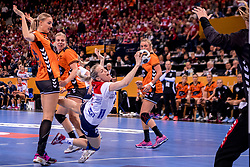 15-12-2017 DEU: 23rd Women World Championship Netherlands - Norway, Hamburg<br /> Quarter final - De Nederlandse handbalsters vervolgen hun gouden WK-droom. Nederland bleek woensdagavond in de kwartfinales te sterk voor Tsjechi&euml;, maar het ging moeizaam. Uiteindelijk trok Nederland aan het langste eind: 30-26. / Lois Abbingh #8 of Netherlands, Danick Snelder #10 of Netherlands vloeren Heidi Loke # of Norway #6 of Norway