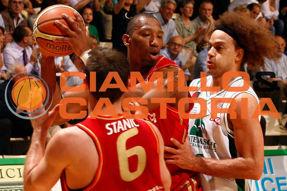 DESCRIZIONE : Siena Lega A 2008-09 Playoff Quarti di finale Gara 1 Montepaschi Siena Scavolini Spar Pesaro <br /> GIOCATORE : LeRoy Hurd<br /> SQUADRA : Scavolini Spar Pesaro <br /> EVENTO : Campionato Lega A 2008-2009 <br /> GARA : Montepaschi Siena Scavolini Spar Pesaro<br /> DATA : 19/05/2009<br /> CATEGORIA :<br /> SPORT : Pallacanestro <br /> AUTORE : Agenzia Ciamillo-Castoria/P.Lazzeroni