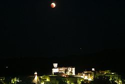 Corigliano Calabro, the total eclipse of Luna, which turns red, on the Castle of Corigliano Calabro with Mars a little lower (dot on the right). It is considered the longest eclipse of the century as it lasts 103 minutes and you can also see near the planet Mars that will shine.