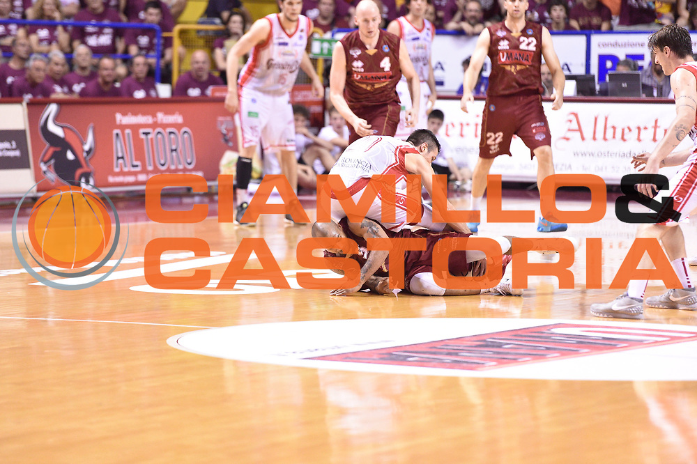DESCRIZIONE : Venezia Lega A 2014-15 Semifinale Gara 7 Umana Venezia - Grissin Bon Reggio Emilia  <br /> GIOCATORE : Phil Goss<br /> CATEGORIA : difesa curiosita <br /> SQUADRA : Umana Venezia<br /> EVENTO : Campionato Lega A 2014-2015 <br /> GARA : Semifinale Gara 7 Umana Venezia - Grissin Bon Reggio Emilia <br /> DATA : 11/06/2015<br /> SPORT : Pallacanestro <br /> AUTORE : Agenzia Ciamillo-Castoria/GiulioCiamillo<br /> Galleria : Lega Basket A 2014-2015  <br /> Fotonotizia : Venezia Lega A 2014-15 Semifinale Gara 7 Umana Venezia - Grissin Bon Reggio Emilia