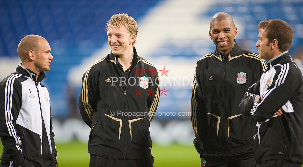 MADRID, SPAIN - Wednesday, February 25, 2009: Liverpool's Dirk Kuyt and Ryan Babel chat with Real Madrid's Dutch players before the UEFA Champions League First Knock-Out Round at the Santiago Bernabeu. (Photo by David Rawcliffe/Propaganda)