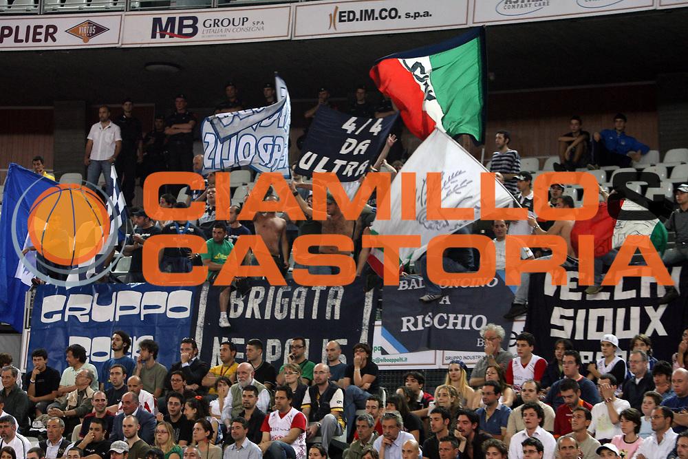 DESCRIZIONE : Roma Lega A1 2006-07 Playoff Quarti di Finale Gara 3 Lottomatica Virtus Roma Eldo Napoli<br /> GIOCATORE : Tifo Tifosi Fan Supporter<br /> SQUADRA : Eldo Napoli<br /> EVENTO : Campionato Lega A1 2006-2007 Playoff Quarti di Finale Gara 3 <br /> GARA : Lottomatica Virtus Roma Eldo Napoli<br /> DATA : 22/05/2007 <br /> CATEGORIA :<br /> SPORT : Pallacanestro <br /> AUTORE : Agenzia Ciamillo-Castoria/E.Castoria