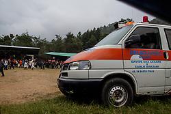 """L'ambulanza donata agli zapatisti dall'associazione italiana """"Ya Basta"""" dedicata a Davide Dax Cesare e Carlo Giuliani."""