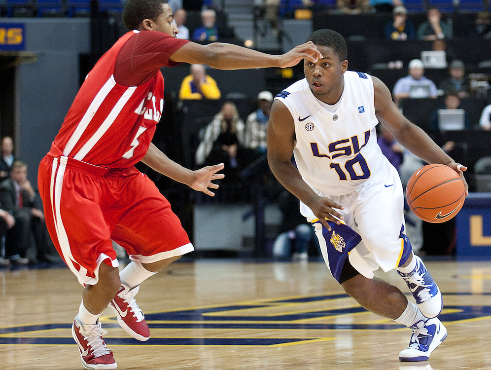 LSU Tigers guard Andre Stringer (10) runs in to pass the ball during the second half of the game. Nicholls State Colonels defeated LSU 62-53.
