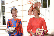 Koningin Máxima en koningin Mathilde van België openen de beeldententoonstelling Den Haag Sculptuur op het Lange Voorhout. In de openlucht tentoonstelling 'Vormidable' staan kunstwerken van gevestigde en opkomende Vlaamse kunstenaars, wordt twintig jaar culturele samenwerking tussen Nedeland en België gevierd.<br /> <br /> <br /> Queen Maxima and Queen Mathilde of Belgium opened the sculpture exhibition The Hague Sculpture on the Lange Voorhout. In the outdoor exhibition Vormidable 'are works by established and emerging Flemish artists, celebrates twenty years of cultural cooperation between the laws of the Netherlands and Belgium.<br /> <br /> Op de foto / On the photo:  Aankomst Koningin Máxima en koningin Mathilde bij de stadsschouwburg  ////  Arrival Queen Maxima and Queen Mathildeat the City Theatre
