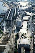 Nederland, Amsterdam, Droogbak, 25-09-2002; Centraal Station (op Stationseiland), in de voorgrond de Droogbak (met gelijknamig gebouw) en, rechts van de sporen, het hoofdkantoor van Wagon-Lits; links van het Station het IJ en de Ruijterkade: op deze lokatie komt - na de realisatie van de Noord Zuidlijn - het busstation te liggen; verkeer, openbaar vervoer, halte, spoorwegen, NS, overstappen, toerisme, economie; zie ook andere (detail)foto's van deze lokatie;<br /> luchtfoto (toeslag), aerial photo (additional fee)<br /> foto /photo Siebe Swart