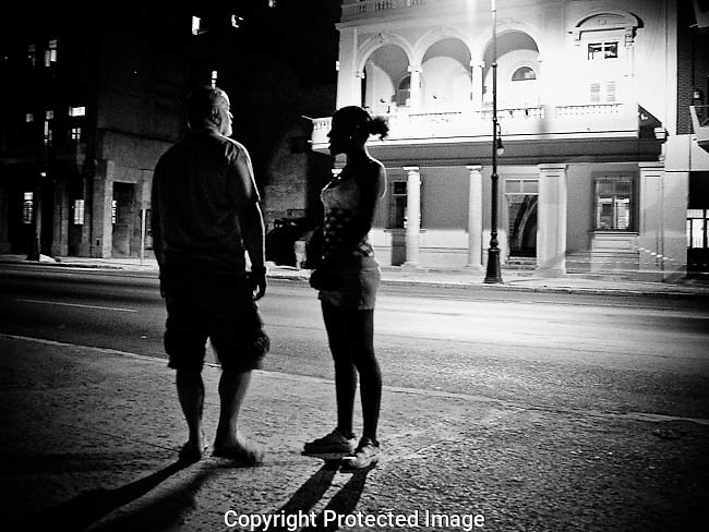 "America, Cuba, Havana. A italian turist talking with a ""jinetera"", a young prostitute in the malecon. -30.06.2008, DIGITAL PHOTO, 51 MB, copyright: Alex Espinosa/Gruppe28."