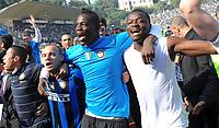 Festeggiamenti Inter Campione d'Italia<br /> Wesley Sneijder, Mario Balotelli, Sulley Muntari<br /> Siena 16/5/2010<br /> Siena Inter<br /> Campionato Italiano Calcio Serie A <br /> Foto Andrea Staccioli Insidefoto