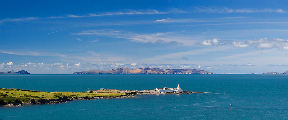 Lighthouse Valentia Island with view on Dingle Peninsula County Kerry Landscapes Ireland / vl030