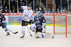 21.01.2018, Helios Arena, Schwenningen, GER, DEL, Schwenninger Wild Wings vs Thomas Sabo Ice Tigers, 44. Runde, im Bild ävlr# John Mitchell (Thomas Sabo Ice Tigers) Dustin Strahlmeier (Schwenninger Wild Wings) // during the German DEL Icehockey League 44th round match between Schwenninger Wild Wings and Thomas Sabo Ice Tigers at the Helios Arena in Schwenningen, Germany on 2018/01/21. EXPA Pictures © 2018, PhotoCredit: EXPA/ Eibner-Pressefoto/ Sven Laegler<br /> <br /> *****ATTENTION - OUT of GER*****