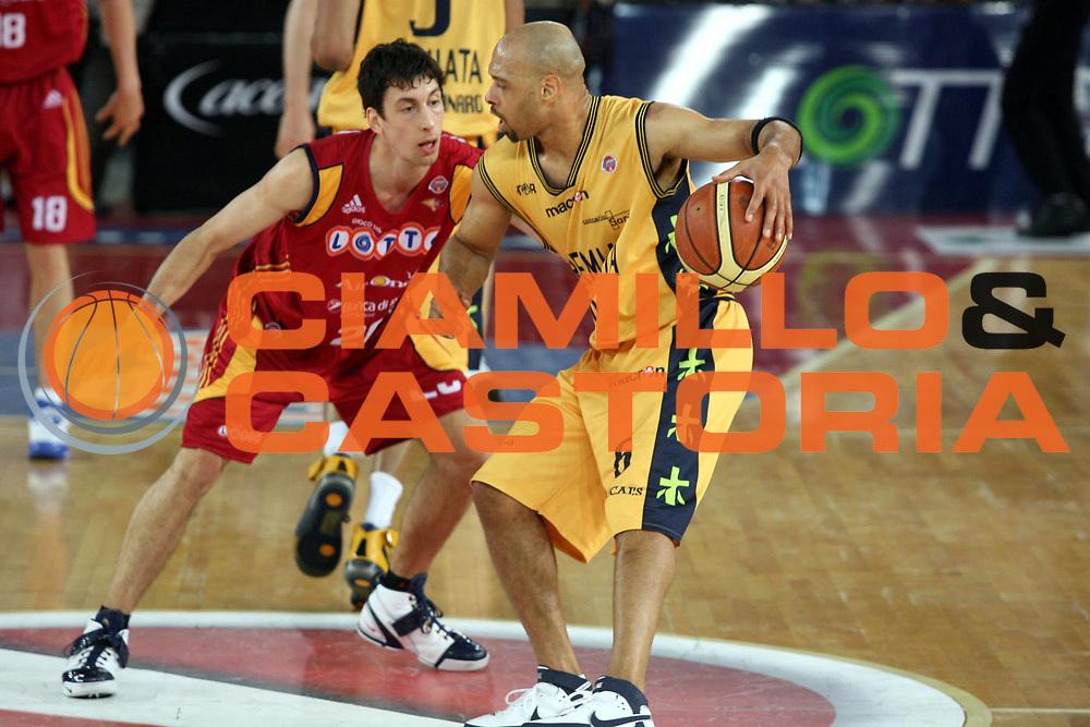DESCRIZIONE : Roma Lega A1 2007-08 Lottomatica Virtus Roma Premiata Montegranaro<br />GIOCATORE : Kiwane Garris<br />SQUADRA : Premiata Montegranaro<br />EVENTO : Campionato Lega A1 2007-2008 <br />GARA : Lottomatica Virtus Roma Premiata Montegranaro<br />DATA : 17/04/2008 <br />CATEGORIA : Palleggio<br />SPORT : Pallacanestro <br />AUTORE : Agenzia Ciamillo-Castoria/G.Ciamillo