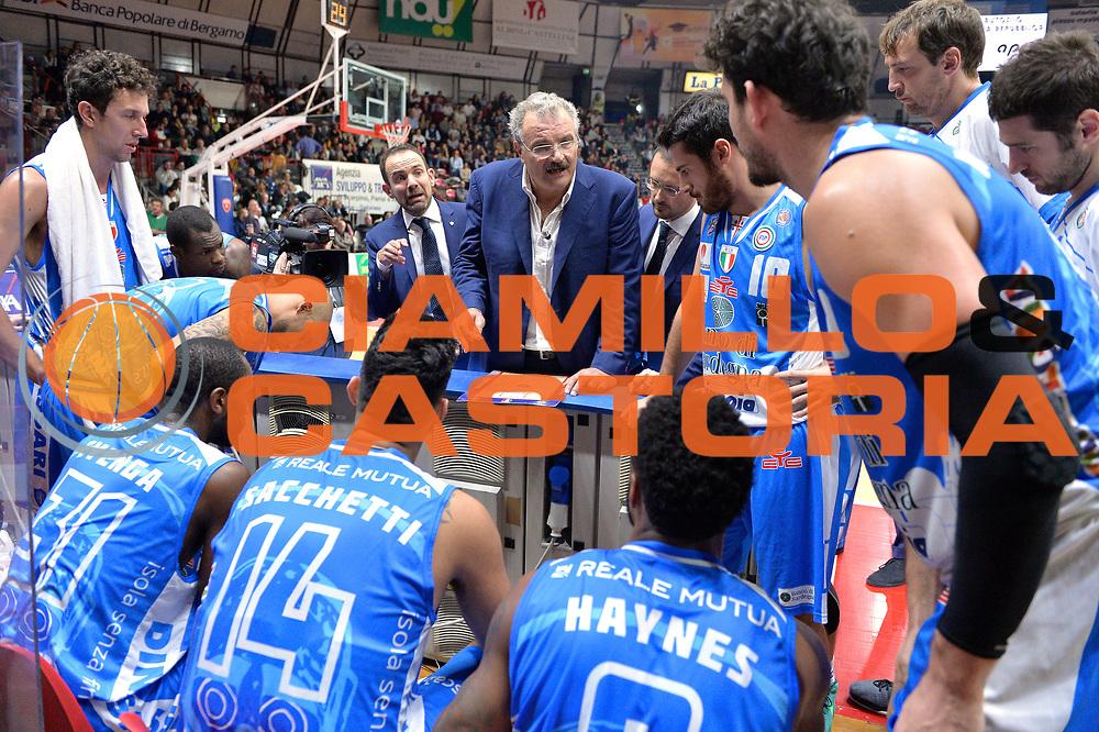 DESCRIZIONE : Varese, Lega A 2015-16 Openjobmetis Varese Dinamo Banco di Sardegna Sassari<br /> GIOCATORE : Romeo Sacchetti<br /> CATEGORIA : Time Out<br /> SQUADRA : Dinamo Banco di Sardegna Sassari<br /> EVENTO : Campionato Lega A 2015-2016<br /> GARA : Openjobmetis Varese vs Dinamo Banco di Sardegna Sassari<br /> DATA : 26/10/2015<br /> SPORT : Pallacanestro <br /> AUTORE : Agenzia Ciamillo-Castoria/I.Mancini<br /> Galleria : Lega Basket A 2015-2016 <br /> Fotonotizia : Varese  Lega A 2015-16 Openjobmetis Varese Dinamo Banco di Sardegna Sassari<br /> Predefinita :
