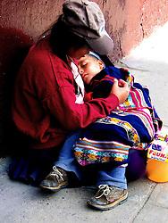 mãe e filho morando na rua abandonada em vila da capital. FOTO: Jefferson Bernardes/Preview.com