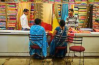 Inde, état d'Uttar Pradesh, Varanasi (Bénarès), boutique de sari // Asia, India, Uttar Pradesh, Varanasi (Benares), sari shop