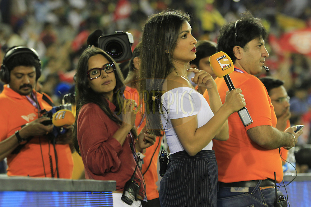Tv ancher Pallavi Sharda with Tv Crew during match 3 of the Vivo Indian Premier League ( IPL ) 2016 between the Kings XI Punjab and the Gujarat Lions held at the IS Bindra Stadium, Mohali, India on the 11th April 2016<br /> <br /> Photo by Arjun Singh/ IPL/ SPORTZPICS