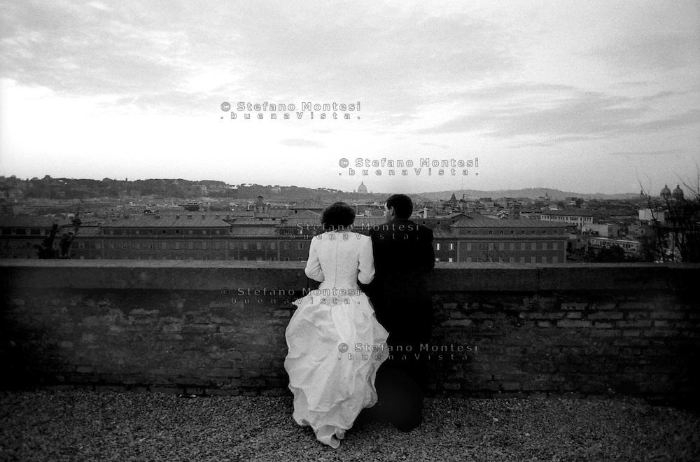 Roma.Sposi guardano  la città dalla terrazza del Gianicolo.<br /> Rome Newlyweds look the city from the terrace of the Gianicolo