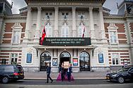 AMSTERDAM - Frank de boer arriveert bij het Concertgebouw voor een besloten herdenking van burgemeester Eberhard van der Laan. Zaterdag is er een afscheidsdienst voor genodigden. Daarna wordt hij in besloten kring begraven.  Omstanders langs de route van de lijkwagen met de kist van burgemeester Eberhard van der Laan na afloop van de herdenkingsdienst in het Concertgebouw. De kist van burgemeester Eberhard van der Laan vetrekt bij het Concertgebouw voor een besloten herdenking.  copyrght robin utrecht begrafenis , lijkenwagen , stoet , centrum , herdenking , publiek, amsterdammers