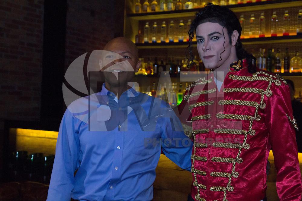 SAO PAULO, SP - 10.11.2014 - LaVelle SmitH Candela Coquetel - Cover e core&oacute;grafo de Michael Jackson, LaVelle Smith recebido pelo cover oficial do Michael Jackson no Brasil, o artista Rodrigo Teaser na noite desta segunda-feira (10). O cover organizou um coquetel no restaurante Candela, no bairro do Itaim Bibi, em S&atilde;o Paulo e contou com a presen&ccedil;a de outras celebridades nacionais.<br /> <br /> (Foto: Fabricio Bomjardim / Brazil Photo Press)