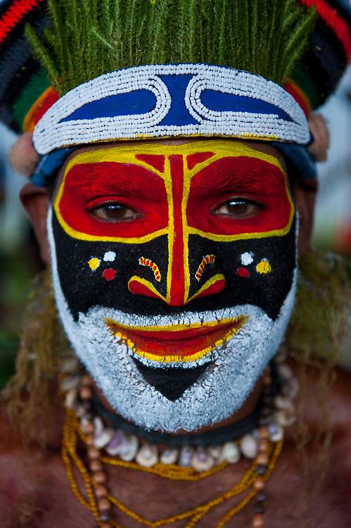 Bunt geschmückte und bemalte Volksstämme feiern das traditionelle Sing Sing.