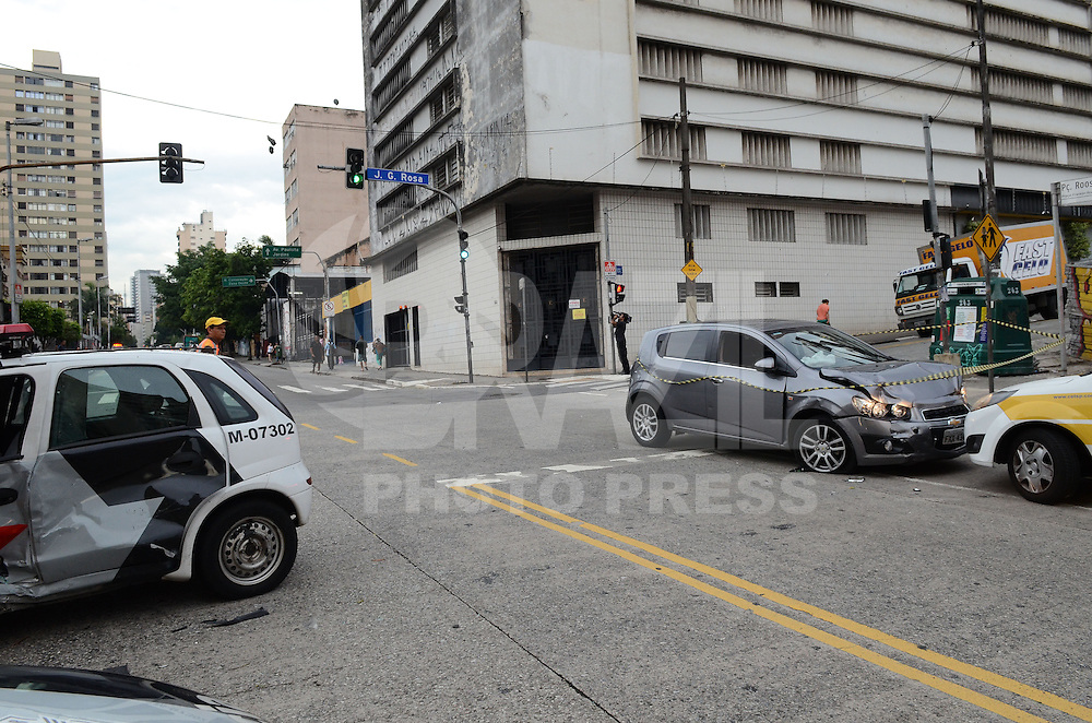 SAO PAULO, SP, 21 DEZEMBRO 2012 - Um homem, suspeito de conduzir um carro roubado, acabou colidindo com uma viatura policial durante perseguição na rua Augusta, altura da Praça Roosevelt, na região central da capital paulista, na tarde desta sexta-feira (21). Segundo testemunhas, o suspeito perdeu a direção do carro durante uma troca de tiros. Um policial militar ficou ferido e foi socorrido por uma ambulância do Serviço de Atendimento Móvel de Urgência (SAMU). O homem foi preso no local. (FOTO: ALEXANDRE MOREIRA / BRAZIL PHOTO PRESS).