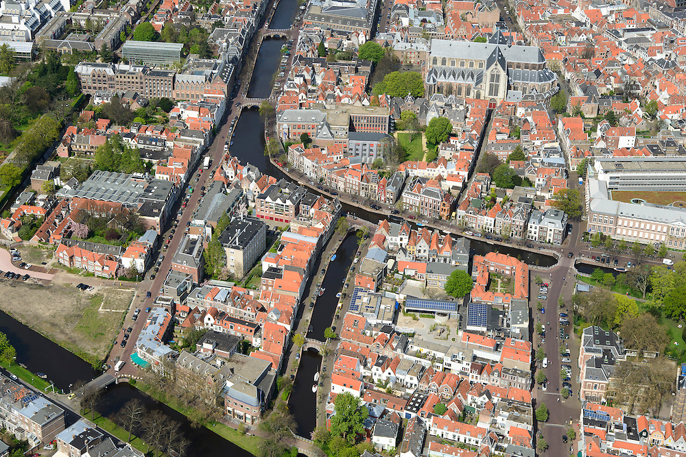 Nederland, Zuid-Holland, Leiden, 09-04-2014; centrum Leiden met vlnr Kaiserstraat, Vliet en Douzastraat. Midden  Rapenburg,Pieterskerk boven in beeld. Schoolplein basisschool met zonnepanelen.<br /> Old town and heart of the city of Leiden with old church (Pieterskerk) and canals.<br /> luchtfoto (toeslag op standard tarieven);<br /> aerial photo (additional fee required);<br /> copyright foto/photo Siebe Swart