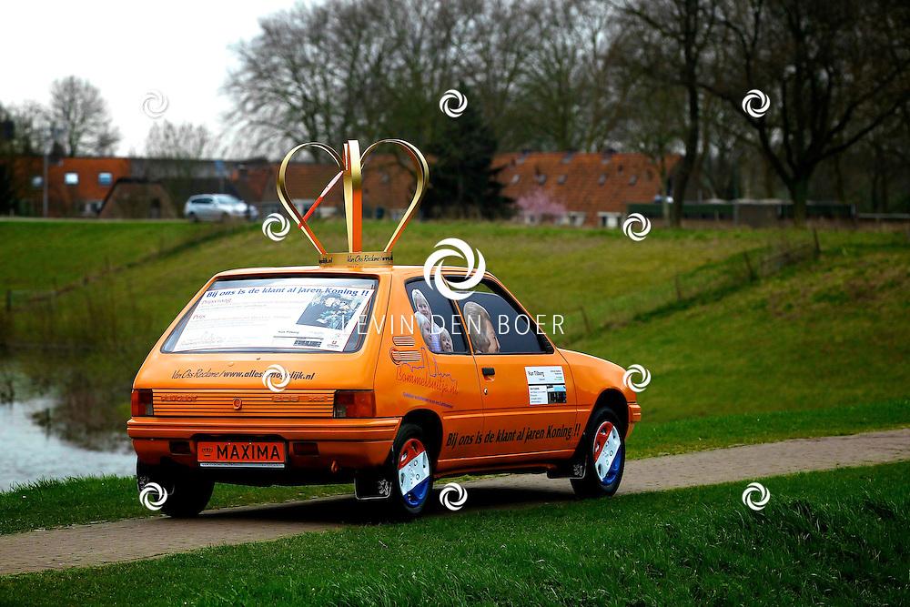 ZALTBOMMEL - Ondernemers uit de binnenstad van Zaltbommel hebben weer een ludieke actie bedacht. Rob Muller, eigenaar van 't Bommels Uitje en Martin Groeneveld, directeur van de Peugeot-garage Van Tilborg hebben een ware Konings Auto ontworpen. FOTO LEVIN DEN BOER - PERSFOTO.NU