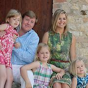Koninklijke fotosessie nederlandse koninklijke familie in Tavernelle Italie met Koninging Beatrix, Maxima, Willem - Alexander en hun kinderen Amalia, Alexia en Arianne,