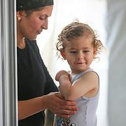 2 a pol ročný Sellevyo v utečeneckom tábore Mar Ellia v Erbile. Pohľad na utečenecký tábor Mar Ellia v meste Erbil v Kurdistane v Iraku. Mar Ellia sa nachádza v kresťanskej štvrti Ankawa a je to bežná farnosť. V parku okolo kostola vznikol utečenecký tábor, v ktorom sú prevažne kresťania z mesta Qaraqosh a niekoľko rodín z miest Mosul a Bartella.