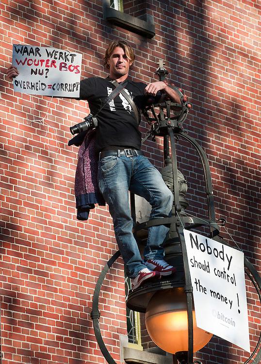 Nederland, Amsterdam, 15 okt 2011.Occupybeweging bezet het beursplein. Het beursplein is bezet in navolging van amerikaanse steden waar betogers pleinen bezetten als protest tegen het kapitalistische systeem en de banken die de crisis hebben veroorzaakt...Foto(c): Michiel Wijnbergh