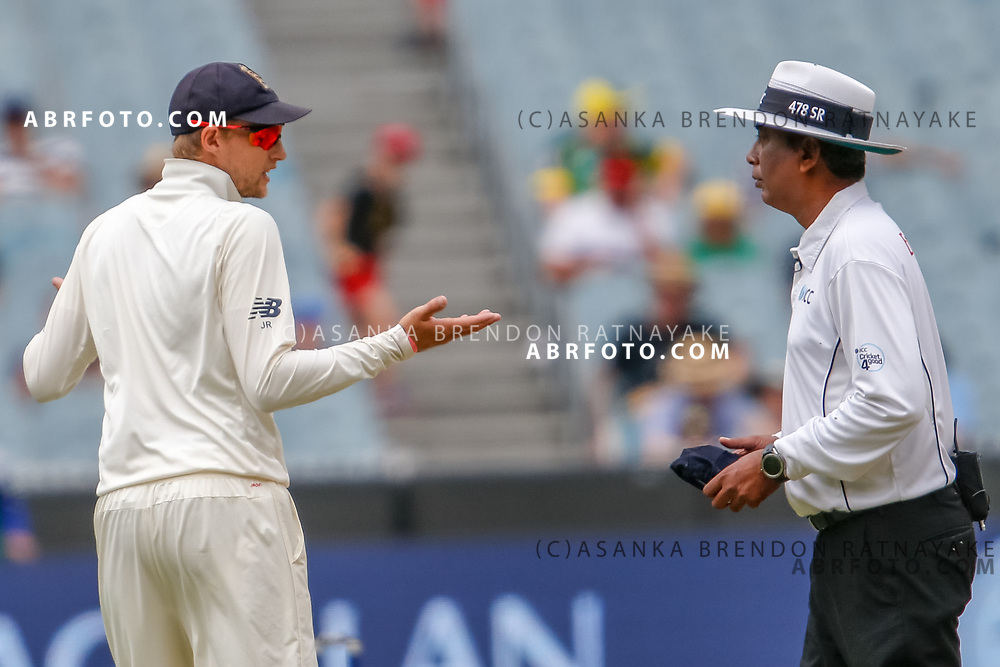 Joe Root makes a gesture questioning the umpire Sundaram Ravi during day 4 of the 2017 boxing day test.