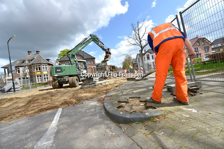 Nederland, Apeldoorn, 19-4-2016Voorbereidingen voor de start van de Giro d italia wielerwedstrijd. Op het parcours worden tijdelijke doorgangen gemaakt en drempels verlaagd. Roze fietsen hangen in lantaarnpalen.Op de Loolaan zijn bomen roze ingepakt.The Netherlands, The city of Apeldoorn is preparing for the start of the Giro d'Italia cycling tour . The first stages will take the cyclists to Nijmegen and Arnhem in the province of GelderlandFoto: Flip Franssen