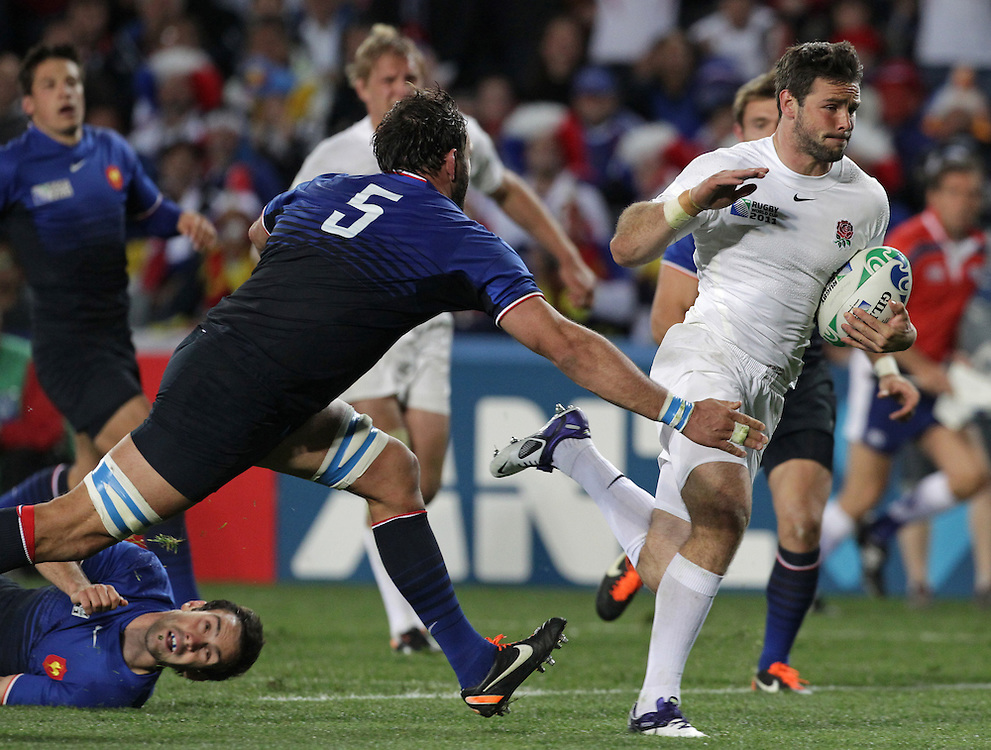 England's Ben Foden avoids France's Lionel Nallet to run home a try during quarter-final 2 match of the Rugby World Cup 2011, Eden Park, Auckland, New Zealand, Saturday, October 08, 2011.  Credit:SNPA / David Rowland