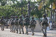 Cartagena de Indias, Bol&iacute;var, Colombia - 26.09.2016        <br /> <br /> Heavy armed Soldiers patrol on the day of the peace treaty between the FARC and the Colombian government will get signed in the streets of Cartagena. On 2nd October follows a peace referendum takes place about the end of the 52 years ongoing civil war between the marxist FARC-EP guerrilla and the government.<br /> <br /> Schwer bewaffnete Soldaten patroulieren am Tag der Unterzeichnung des Friedensvertrags zwischen der FARC und der kolumbianische Regierung durch die Stra&szlig;en von Cartagena. Am 02. Oktober folgt eine Volksabstimmung &uuml;ber das Ende des seit 52 Jahren dauernden B&uuml;rgerkrieges zwischen der marxistischen FARC-EP Guerilla und der Regierung statt.<br /> <br /> Photo: Bjoern Kietzmann
