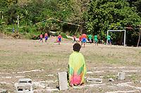 FUSSBALL    FEATURE    SUEDSEE    21.07.2008 Ein Kind beobachtet das Spielgeschehen, waehrend der Schulmeisterschaft auf einem Spielfeld ausserhalb von Port Vila, der Hauptstadt von Vanuatu. Jedes Jahr im Juli finden hier Schulmeisterschaften statt, aehnlich der Bundesjugendspiele in Deutschland.