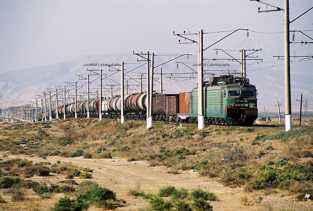 Ein Öltransportzug rollte durch die aserbaidschanische Steppe...A train transporting Oil throzgh the dry veld of Aserbaijan near Baku.