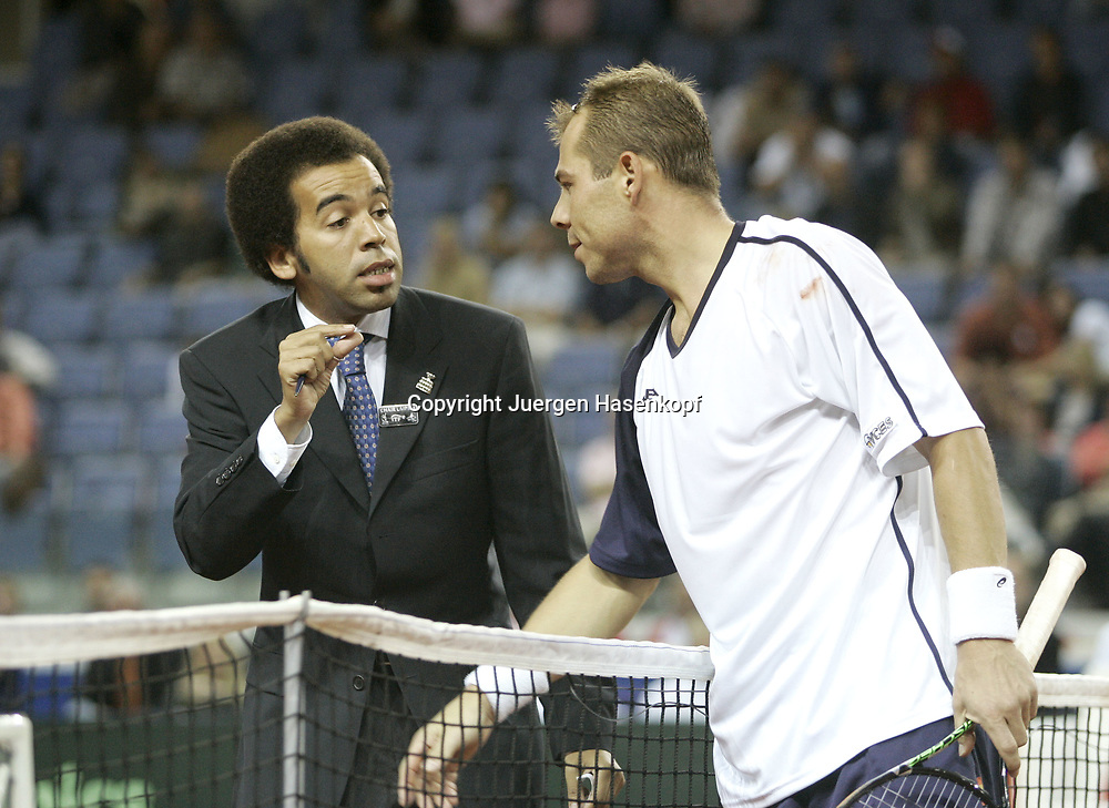 Sport, Tennis, Ausland, Davis Cup Begegnung  Tschechien gegen  Deutschland in der Tipsport Arena in Liberec, Tomas Zib (CZE) und  Referee Kader Nouni (FRA), 23.09.2005..