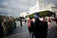 TUNISI. UN GIOVANE MANIFESTANTE IN PIAZZA DELLA KASBAH CERCA DI PROVOCARE L'ESERCITO IMPEGNATI NEL SERVIZIO DI SICUREZZA;