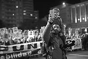 TWEET<br /> SHARE 99<br /> +1<br /> No domingo de 20 de maio, se realizou a 23&ordf; edi&ccedil;&atilde;o da Marcha do Silencio sob lema: &ldquo;Impunidad. Responsabilidad del Estado. Ayer y Hoy&rdquo;. Importante salientar que a mobiliza&ccedil;&atilde;o central foi em Montevideo, no centro da cidade, mas tamb&eacute;m existiram eventos em diferentes cidades do interior e do exterior, como por exemplo em Buenos Aires, Santiago de Chile, Barcelona e Paris. &ldquo;Onde est&atilde;o? O que aconteceu? Como e quando? Quem fez isso?&rdquo;, os Familiares perguntam. &ldquo;Cada marcha &eacute; a mesma e &eacute; outra. Como o canal de um rio pelo qual sempre corre nova &aacute;gua&rdquo;, Familiares afirmaram[1].<br /> <br /> Mais uma vez a marcha foi acompanhada por uma multid&atilde;o de pessoas: adultos, idosos, jovens e crian&ccedil;as que estavam presentes para dizer &ldquo;basta da impunidade&ldquo;. Entre os presentes, muitos pol&iacute;ticos, a vice-presidente Lucia Topolansky e o ex-presidente Jos&eacute; Mujica.<br /> <br /> &Eacute; uma marcha que come&ccedil;ou em 1996, relembrando os 20 anos do assassinato de Zelmar Michelini, Hector Gutierrez Ruiz, Ros&aacute;rio Barredo e William Whitelaw por um grupo de trabalho composto por agentes dos Estados uruguaios e argentinos no &acirc;mbito do Plano Condor. A primeira marcha foi um evento muito importante se temos em considera&ccedil;&atilde;o o que significou a derrota do referendo para anular a lei da impunidade em 1989. Desde 1996, ininterruptamente, a cada 20 de maio se marcha em sil&ecirc;ncio. Este ano foi o primeiro em que o slogan escolhido foi exatamente o mesmo do ano passado, e &eacute; um sintoma de in&eacute;rcia pol&iacute;tica sobre o assunto.<br /> <br /> &Eacute; importante salientar que desde o ano passado h&aacute; &ldquo;Marchas&rdquo; em todos os departamentos do Interior. Desta forma, mais do que ser uma reivindica&ccedil;&atilde;o nost&aacute;lgica, como &eacute; indicado pelos setores conse