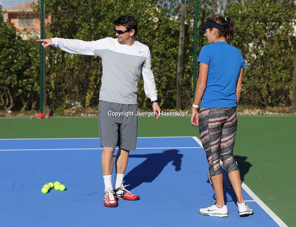Tennis Profi Julia Goerges (GER) im Trainingslager,Algarve,Portugal, Julia und Trainer Sascha Nensel besprechen das Trainingsprogramm auf dem Platz,Training,Uebung,Erklaerung,Ganzkoerper, Querformat,