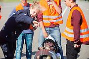 Lieske Yntema legt aan Robert Braam de RDW baam uit. In Lelystad rijdt Robert Braam de eerste meters in de VeloX4. Hij vervangt Rik Houwers die door een blessure het team heeft moeten verlaten. In september wil het Human Power Team Delft en Amsterdam, dat bestaat uit studenten van de TU Delft en de VU Amsterdam, een poging doen het wereldrecord snelfietsen te verbreken, dat nu op 133 km/h staat tijdens de World Human Powered Speed Challenge.<br /> <br /> With the special recumbent bike the Human Power Team Delft and Amsterdam, consisting of students of the TU Delft and the VU Amsterdam, also wants to set a new world record cycling in September at the World Human Powered Speed Challenge. The current speed record is 133 km/h.
