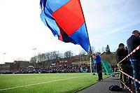 Fotball , Norgesmesterskapet 2018 , Cupen 2018 , NM Fotball<br /> 18.04.2018 , 20180418<br /> Årvoll - Vålerenga <br /> En vålerengatilhenger med flagg i pausen, med hoveddelen av publikum i bakgrunnen<br /> Foto: Sjur Stølen / Digitalsport