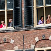 NLD/Den Haag/20190917 - Prinsjesdag 2019, persoonleden van de tweede kamer kijk vanuit de ramen