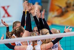 02-04-2017 NED:  CEV U18 Europees Kampioenschap vrouwen dag 2, Arnhem<br /> Nederland - Rusland 3-0 / Lisa Nobel #11, Sarah van Aalen #10, Indy Baijens #17, handen armen yell item