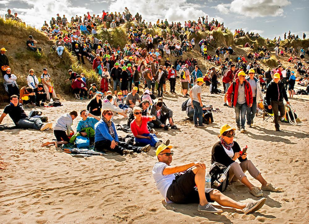 Frankrijk, Utah Beach, 02-07-2016<br /> Wielrennen, Tour de France, 1e etappe.<br /> Van Mont-Saint-Michel naar Utah Beach.<br /> De Tour fan&rsquo;s, met hun gele petjes op, zitten na afloop van de huldigingsceremonie op Utah Beach, &eacute;&eacute;n van de stranden waar in 1944 de invasie in Normandie van de geallieerden plaatsvond. <br /> Foto: Klaas Jan van der Weij