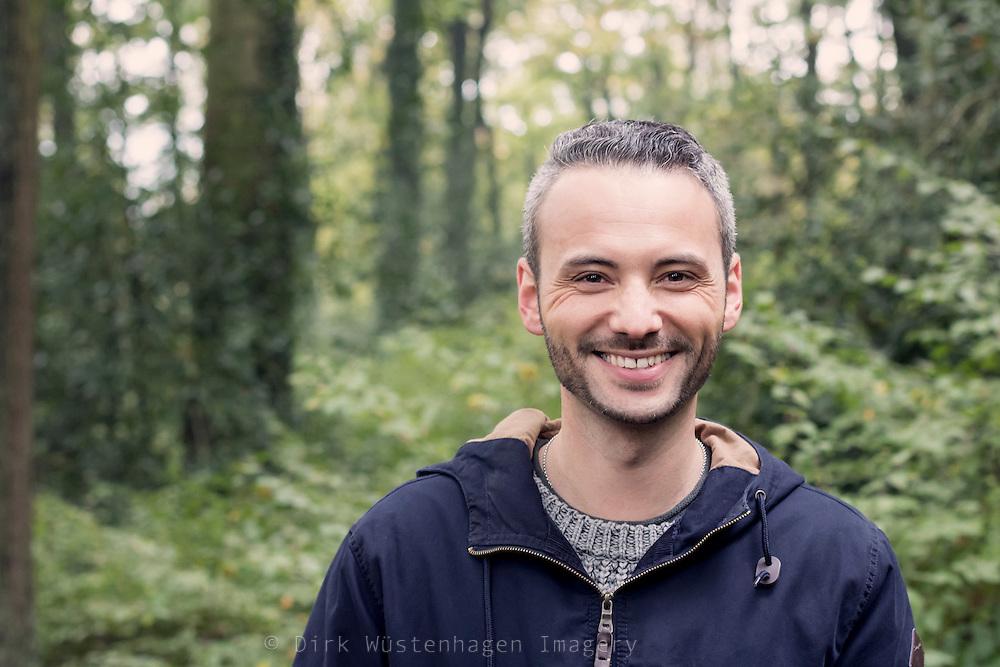 Mann lächelt und blickt in Kamera, Wuppertal, Deutschland